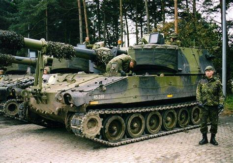 M-109 M109 self-propelled howitzer tracked armoured