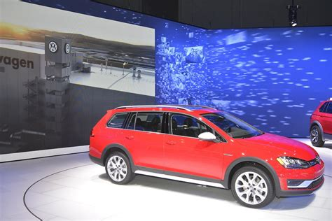 2017 VW Golf Alltrack Has Dual Exhaust and Red Paint like